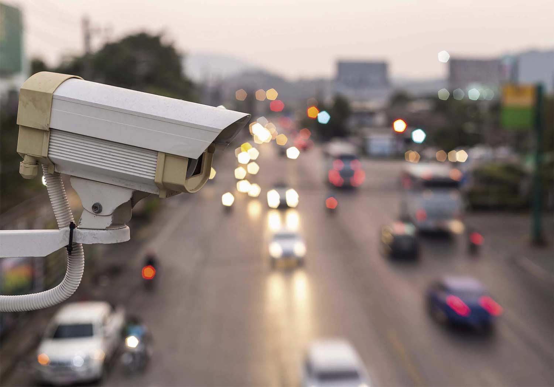 Внедрение «умных» систем безопасности, способных распознавать лица людей, находящихся в розыске, и подавать сигнал тревоги.
