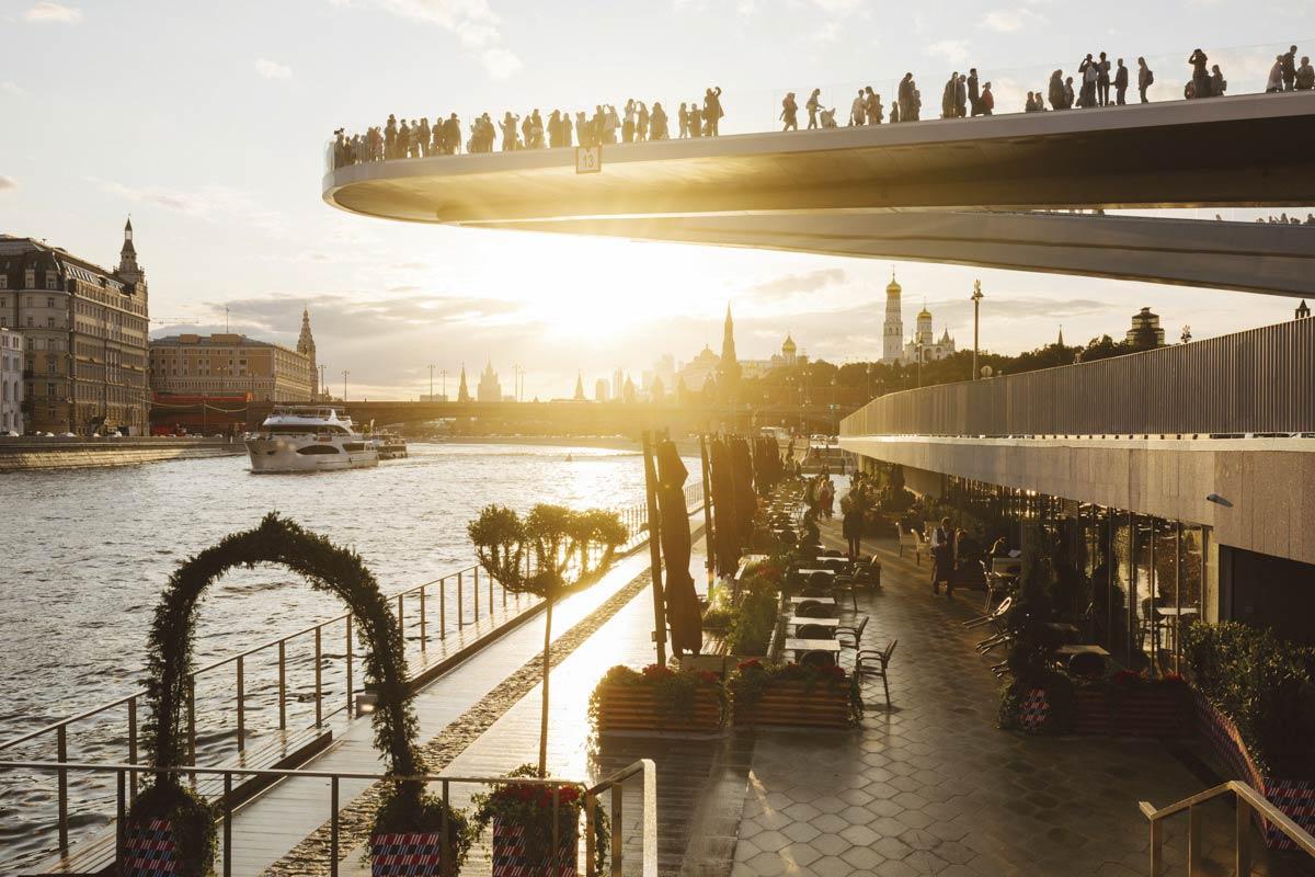 Создание пешеходных набережных Москвы-реки.